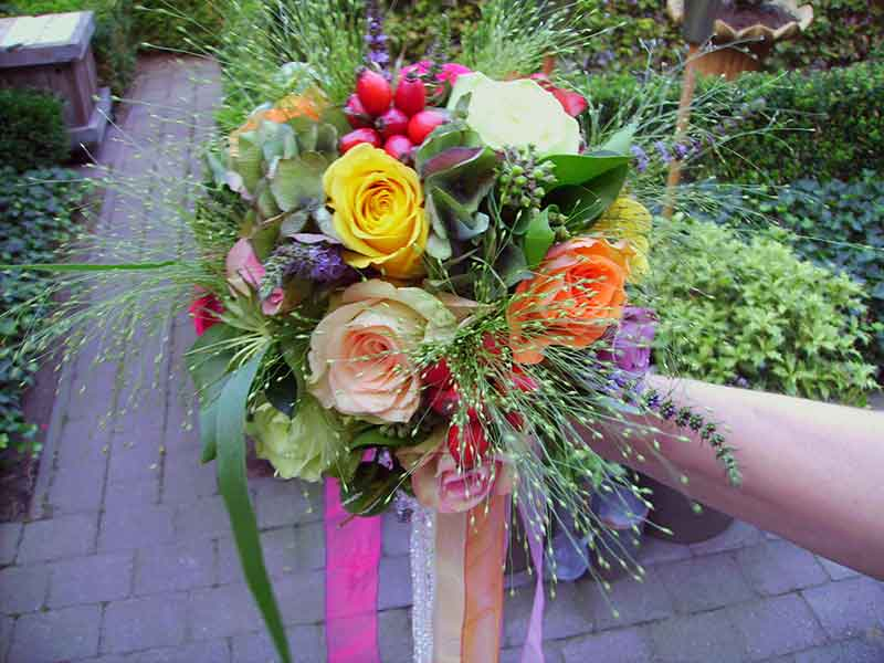ellen-deelen-natuurlijke-bloem-creaties-bruidsboeket-vrolijke-tinten