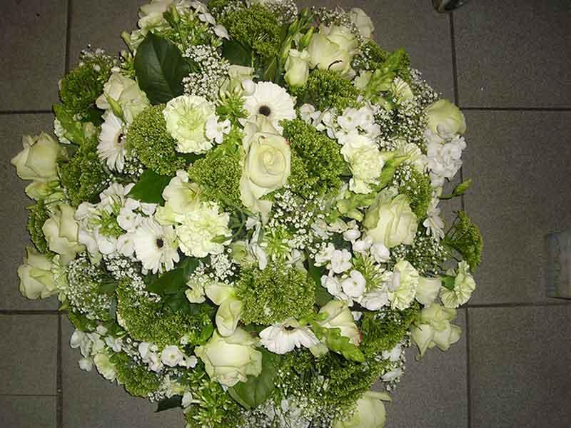 ellen-deelen-natuurlijke-bloem-creaties-graftoef-biedermeier-met-witte-zomerbloemen