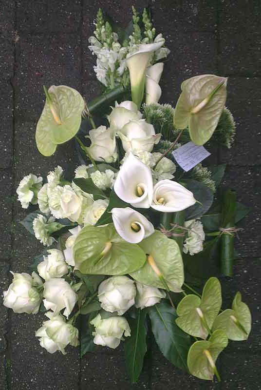 ellen-deelen-natuurlijke-bloem-creaties-graftoef-met-witte-roos-en-groen-anthurium