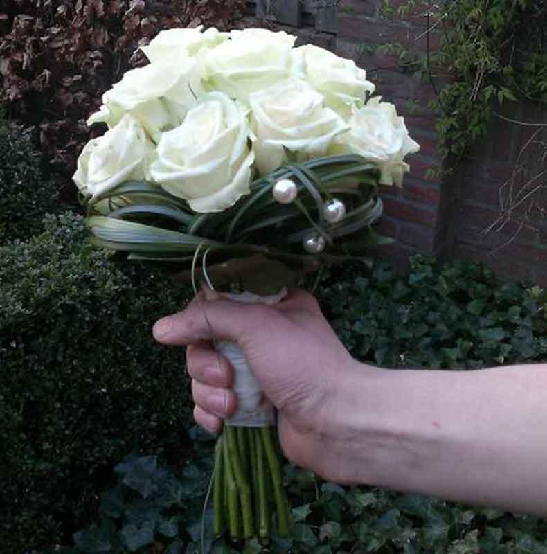 ellen-deelen-natuurlijke-bloem-creaties-bruidsboeket-biedermeier-met-witte-rozen-en-rand-van-beargrass