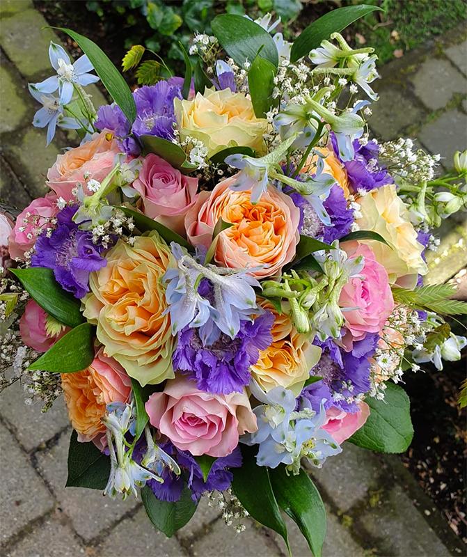 ellen-deelen-natuurlijke-bloem-creaties-bruidsboeket-met-vuvuzela-roos-2