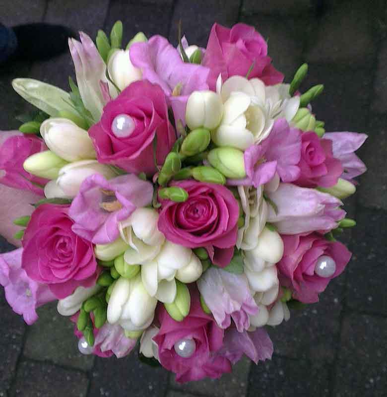 ellen-deelen-natuurlijke-bloem-creaties-bruidsboeket-biedermeier-met-roze-roos,-witte-freesia-en-roze-campanula