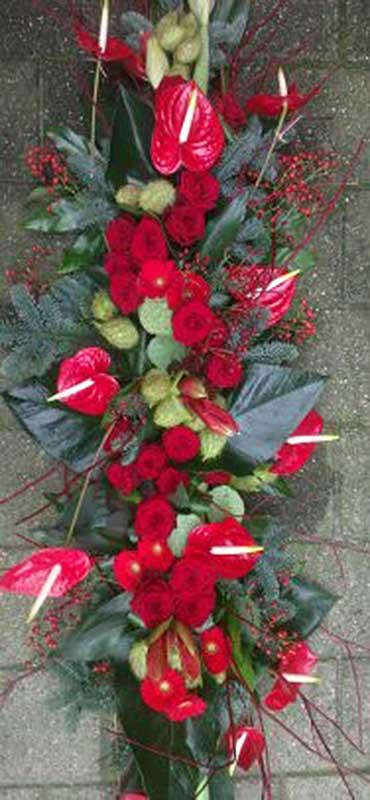 kistversiering-met-rode-anthurium-en-rode-gerbera-en-rode-roos