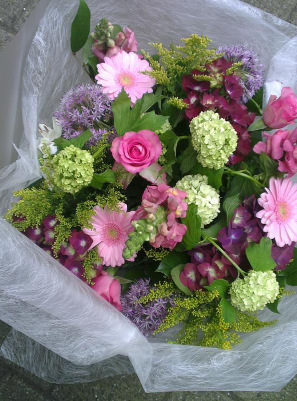Ellen Deelen natuurlijke Bloem-creaties boeket gemengde roze en lila seizoensbloemen vanaf €15,00