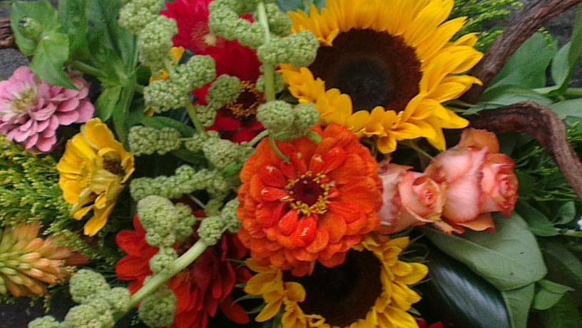 Ellen Deelen natuurlijke bloem-creaties detail graftoef met kleurige materialen