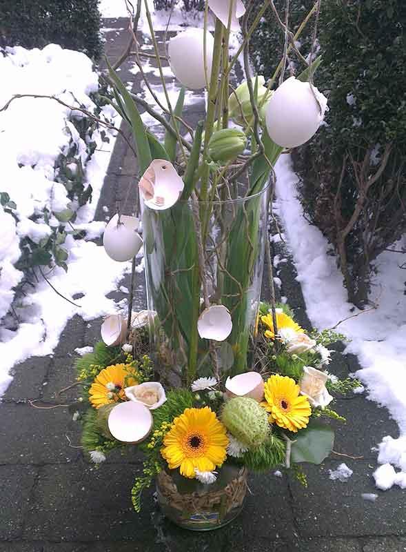ellen-deelen-natuurlijke-bloem-creaties-paasstuk-in-hoge-vaas