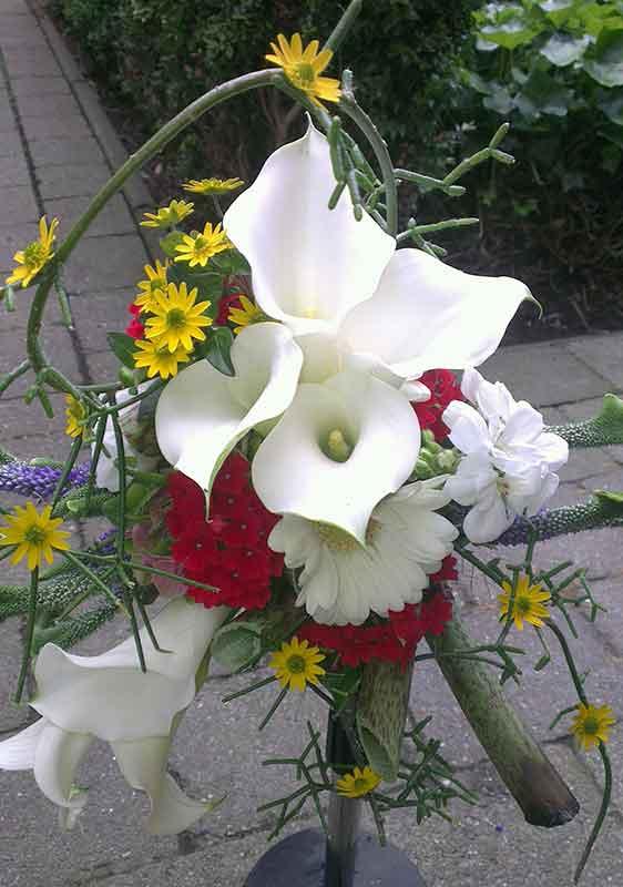 ellen-deelen-natuurlijke-bloem-creaties-zomers-bruidsboeket-met-calla