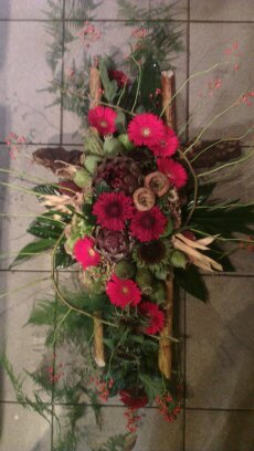 rouwbloemstuk  met rode herfstmaterialen