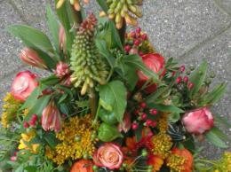 Ellen Deelen natuurlijke Bloem- creaties bloemstuk Mille Fleur bont ( ook in andere kleuren te maken) vanaf € 35.00_510x800