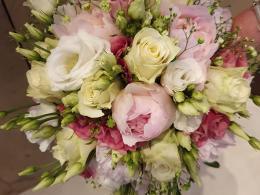 bruidsbloemwerk-bloemcrea-roze-pioen-rozen-witte-rozen