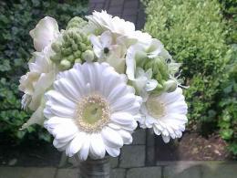 ellen-deelen-natuurlijke-bloem-creaties-bruidsboeket-handgebonden-met-lange-steel-en-afgewerkt-met-broche