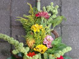 Ellen Deelen natuurlijke  bloem-creaties graftoef met kleurige materialen