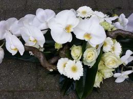 rouwbloemstuk-met-oa-phalanopsis-en-witte-roos