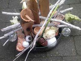 ellen-deelen-natuurlijke-bloem-creaties-workshop-kerst-schaal-opmaken