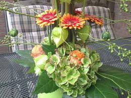 ellen-deelen-natuurlijke-bloem-creaties-laag-tafelstuk-oranje