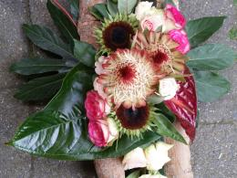 rouwbloemstuk met protea en anthurium