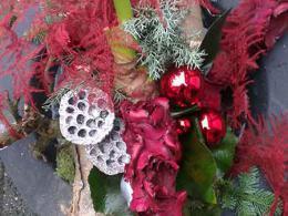 ellen-deelen-natuurlijke-bloem-creaties-workshop-kerst-kerststuk-op-schaal